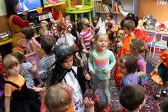 Barn som spelar på allhelgonaafton Royaltyfria Foton