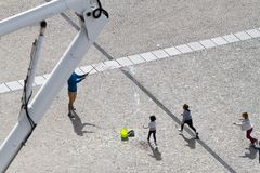 Barn som spelar på Centre Pompidou Fotografering för Bildbyråer