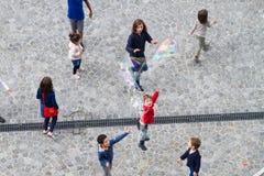 Barn som spelar på Centre Pompidou Royaltyfri Foto