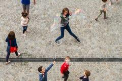 Barn som spelar på Centre Pompidou Arkivfoton