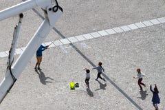 Barn som spelar på Centre Pompidou Arkivbilder