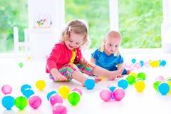 Barn som spelar på daghem Arkivfoto