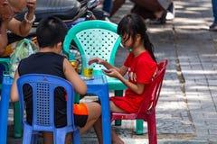 Barn som spelar på gatan Ho Chi Minh City fotografering för bildbyråer