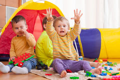 Barn som spelar på golv Royaltyfri Fotografi