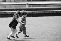Barn som spelar på parkera Arkivfoto