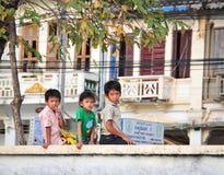 Barn som spelar på parkera i Kampot, Cambodja Arkivbild