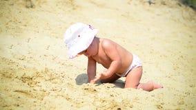 Barn som spelar på sand arkivfilmer