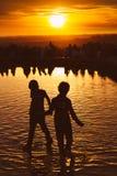 Barn som spelar på solnedgången i tempel av Debod, parkerar, Madrid Arkivfoton