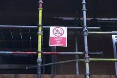 Barn som spelar på ställning inte, lät säkerhetstecknet på konstruktionsbyggnadsplatsen royaltyfri fotografi