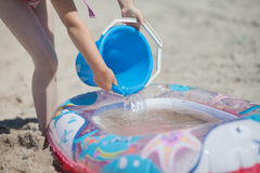 Barn som spelar på stranden Arkivfoto