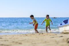 Barn som spelar på stranden Royaltyfri Bild