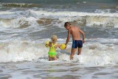 Barn som spelar på stranden Royaltyfri Fotografi
