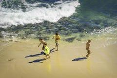 Barn som spelar på stranden, Kalifornien royaltyfria bilder