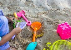 Barn som spelar på strandsommartiden royaltyfri fotografi