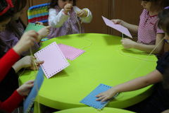 Barn som spelar på tabellen Arkivfoto