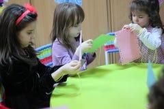 Barn som spelar på tabellen arkivbild