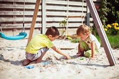 Barn som spelar på lekplats Arkivbild