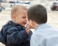 Barn som spelar på stranden Royaltyfria Foton