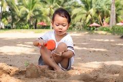 Barn som spelar sand på stranden Lyckaögonblick på sommarsemester royaltyfri fotografi