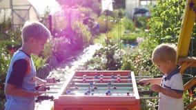Barn som spelar tabellfotboll utomhus Roligt utomhus Arkivbilder