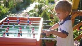 Barn som spelar tabellfotboll utomhus Roligt utomhus Royaltyfri Foto