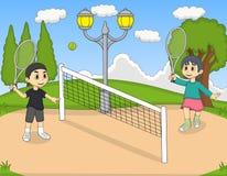 Barn som spelar tennis i parkeratecknade filmen Arkivbilder