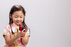 Barn som spelar Toy Drum på vit/barnet som spelar Toy Drum/barnet som spelar Toy Drum, studioskott Arkivfoton