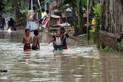 Barn som spelar vatten Royaltyfri Foto