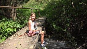 Barn som spelar vid flodvatten, unge p? att campa i berg, flicka i natur arkivfilmer