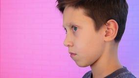 Barn som spelar videospel på hans hemdator lager videofilmer
