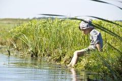 Barn som spenderar tid i natur Arkivbilder