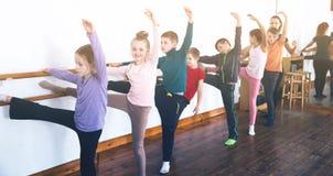 Barn som studerar balett Royaltyfri Foto