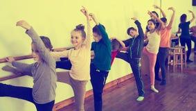 Barn som studerar balett Arkivfoton