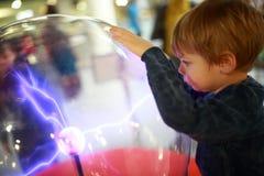 Barn som studerar elektriska urladdningar Arkivfoto