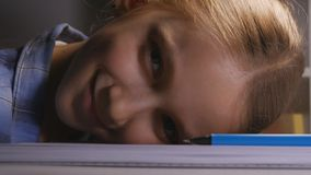 Barn som studerar i natten, uttråkad ungehandstil i den mörka trötta studenten Learning arkivfoto