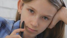 Barn som studerar på minnestavlan, flicka som skriver i skolagrupp som lär göra läxa royaltyfria bilder