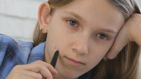 Barn som studerar p? minnestavlan, flicka som skriver i skolagrupp som l?r g?ra l?xa royaltyfri fotografi