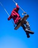 Barn som sväng på swing Arkivbild