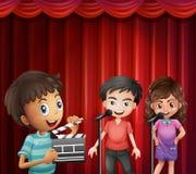 Barn som talar på mikrofonen royaltyfri illustrationer