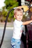 Barn som tankar bilen Royaltyfria Foton