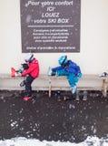 Barn som tar bort, skidar kängor Royaltyfri Fotografi