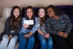 Barn som tar en selfie royaltyfria foton
