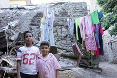 2 barn som tar fotoet bredvid den historiska vagnen Arkivbild