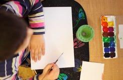 barn som tecknar övre sikt arkivbild