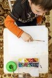 barn som tecknar övre sikt lego för hand för byggnadsbegreppskreativitet upp väggen arkivbild