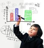 Barn som tecknar ett diagram på digitalt royaltyfria foton