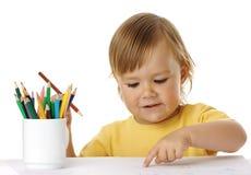 barn som tecknar hans punkter arkivfoto
