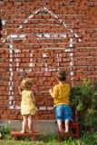 barn som tecknar hus två Royaltyfri Bild