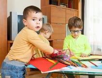 barn som tecknar husberg royaltyfri bild