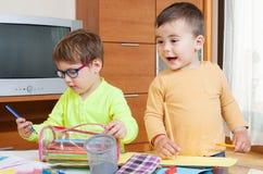 barn som tecknar husberg royaltyfria bilder